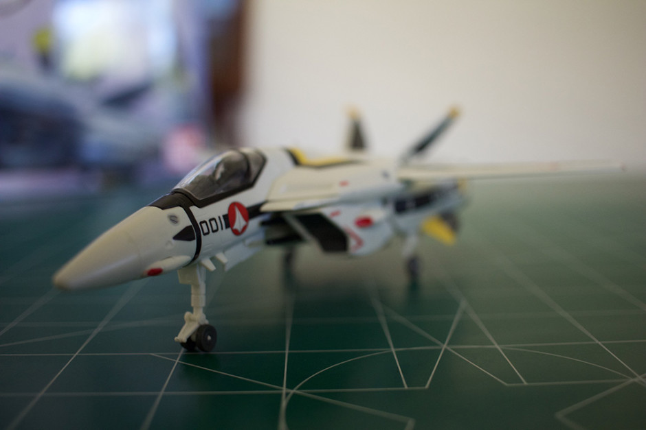 Front-left view of Bandai's VF-1S Veritech model.